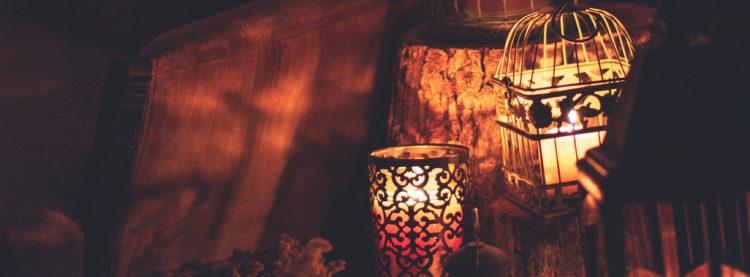 Kovové svítilny marockého stylu se svíčkami