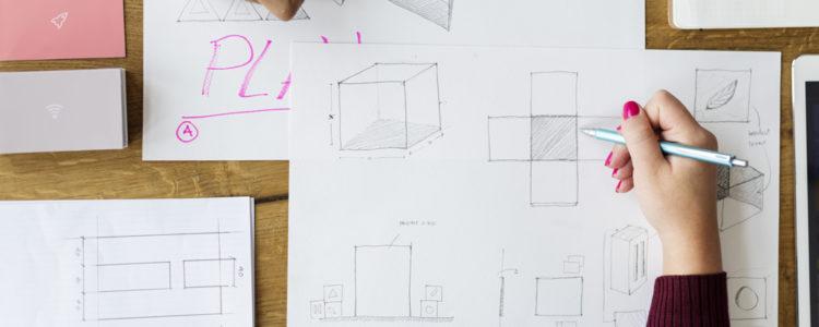 Ruce kreslí geometrické tvary rozložené krychle