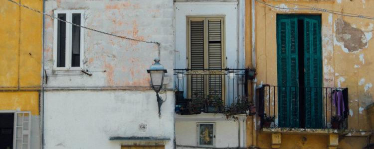 Průčelí portugalských domů v úzké uličce